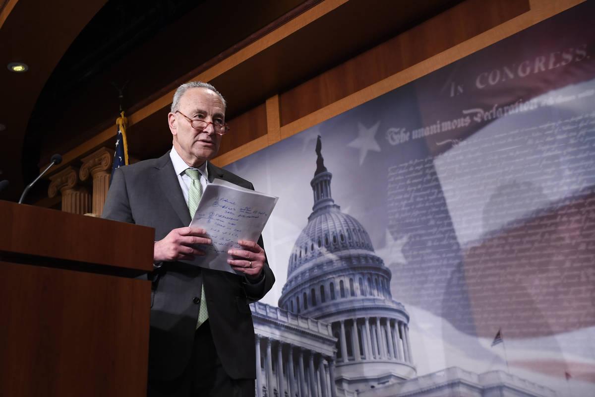 El líder de la minoría del Senado, el Senador Chuck Schumer de N.Y., se baja del escenario de ...