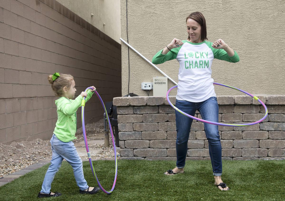 Angie Doleshal, de tres años3, izquierda, juega con su madre María Doleshal, derecha, en su c ...