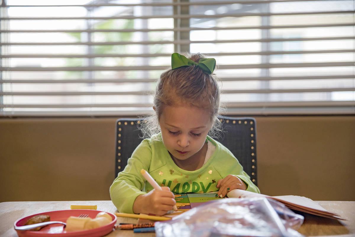 Angie Doleshal, de 3 años, colorea en su casa de Henderson el martes, 17 de marzo de 2020. Las ...