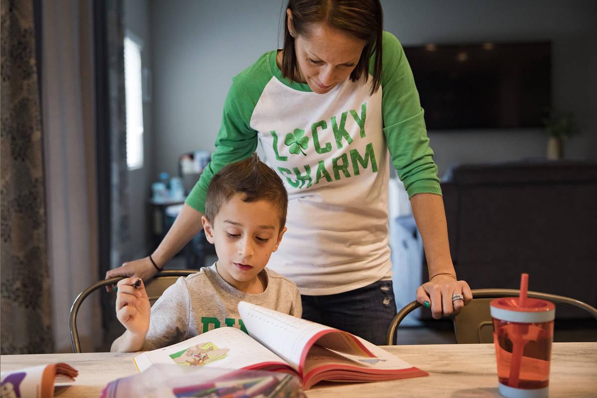Alex Doleshal, de seis años, practica la lectura de un libro de trabajo con su madre María Do ...