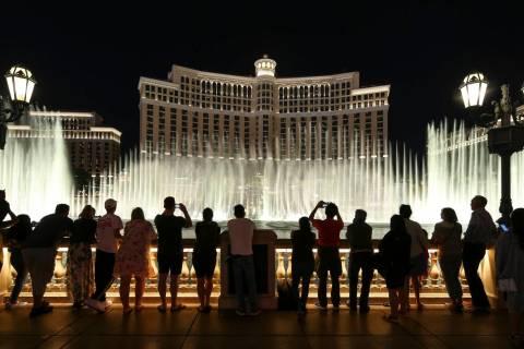 Gente ve el espectáculo de las fuentes del hotel y casino Bellagio en el Strip de Las Vegas el ...