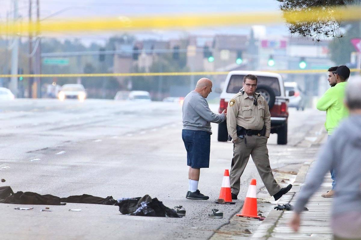 Oficiales del Departamento de Policía Metropolitana de Las Vegas investigan después de que do ...