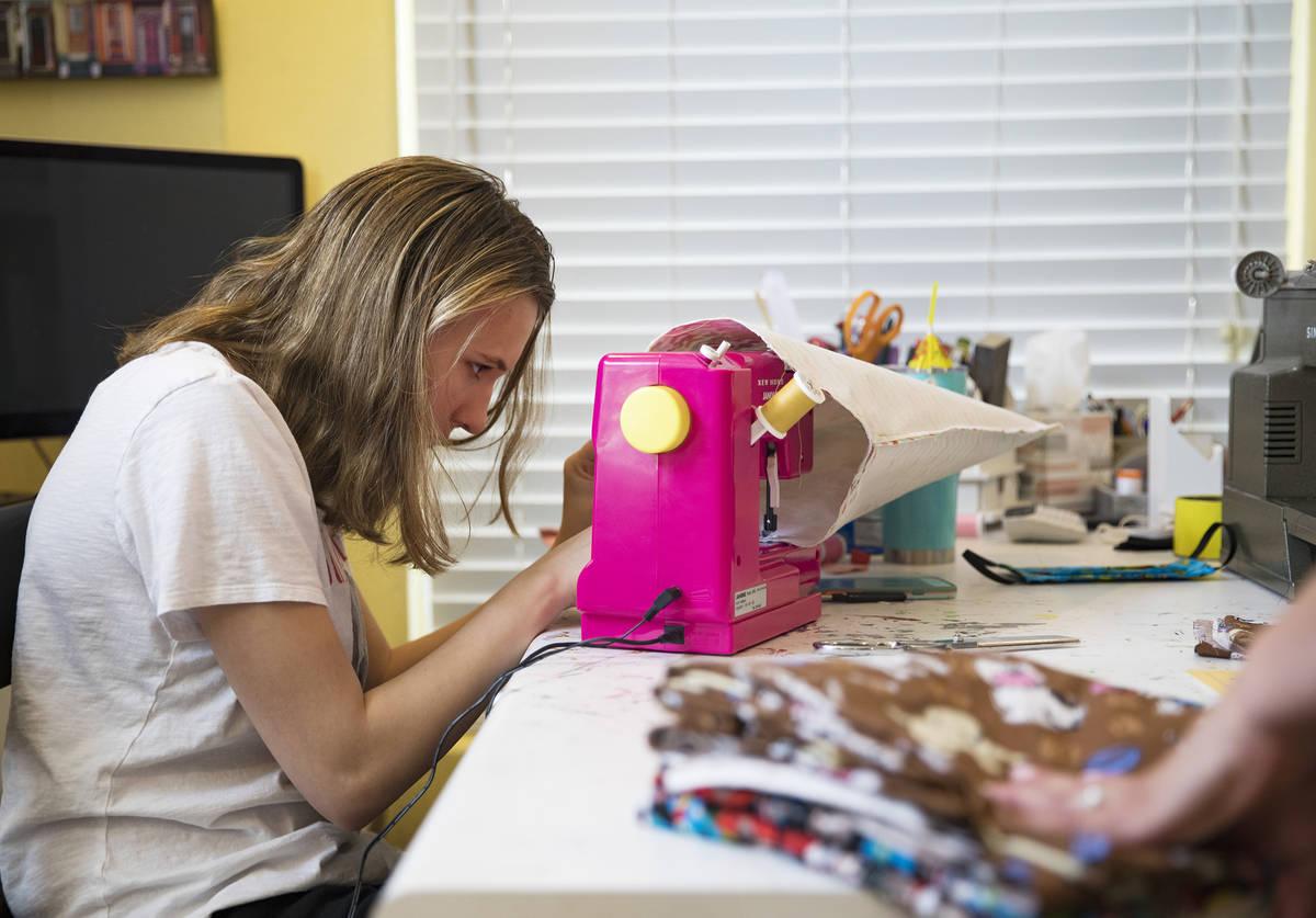 Grace Gustafson, de 13 años, elabora cubrebocas en su casa de Las Vegas el domingo, 22 de marz ...