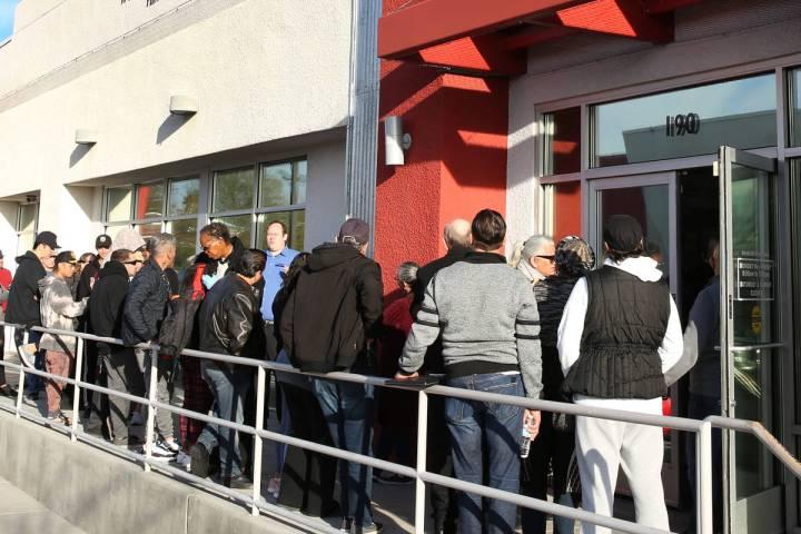 Gente hace fila en el One-Stop Career Center el lunes, 16 de marzo de 2020, en Las Vegas. (Bizu ...