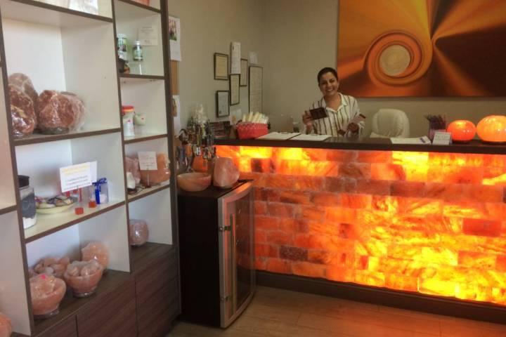 Ava Mucikyan lleva a cabo sus negocios detrás de un mostrador de roca salina del Himalaya el 1 ...