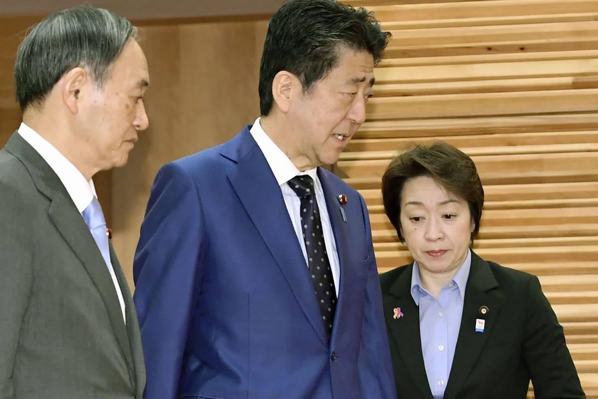 El primer ministro japonés, Shinzo Abe, centro, pasa por delante de la ministra olímpica Seik ...