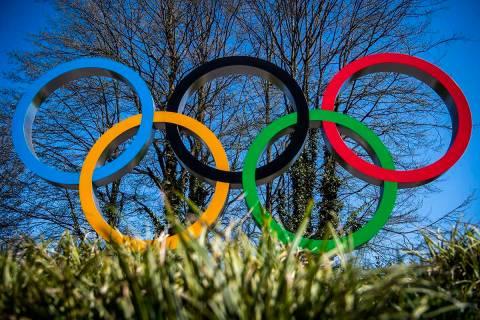 Los anillos olímpicos en la entrada del COI, sede del Comité Olímpico Internacional durante ...