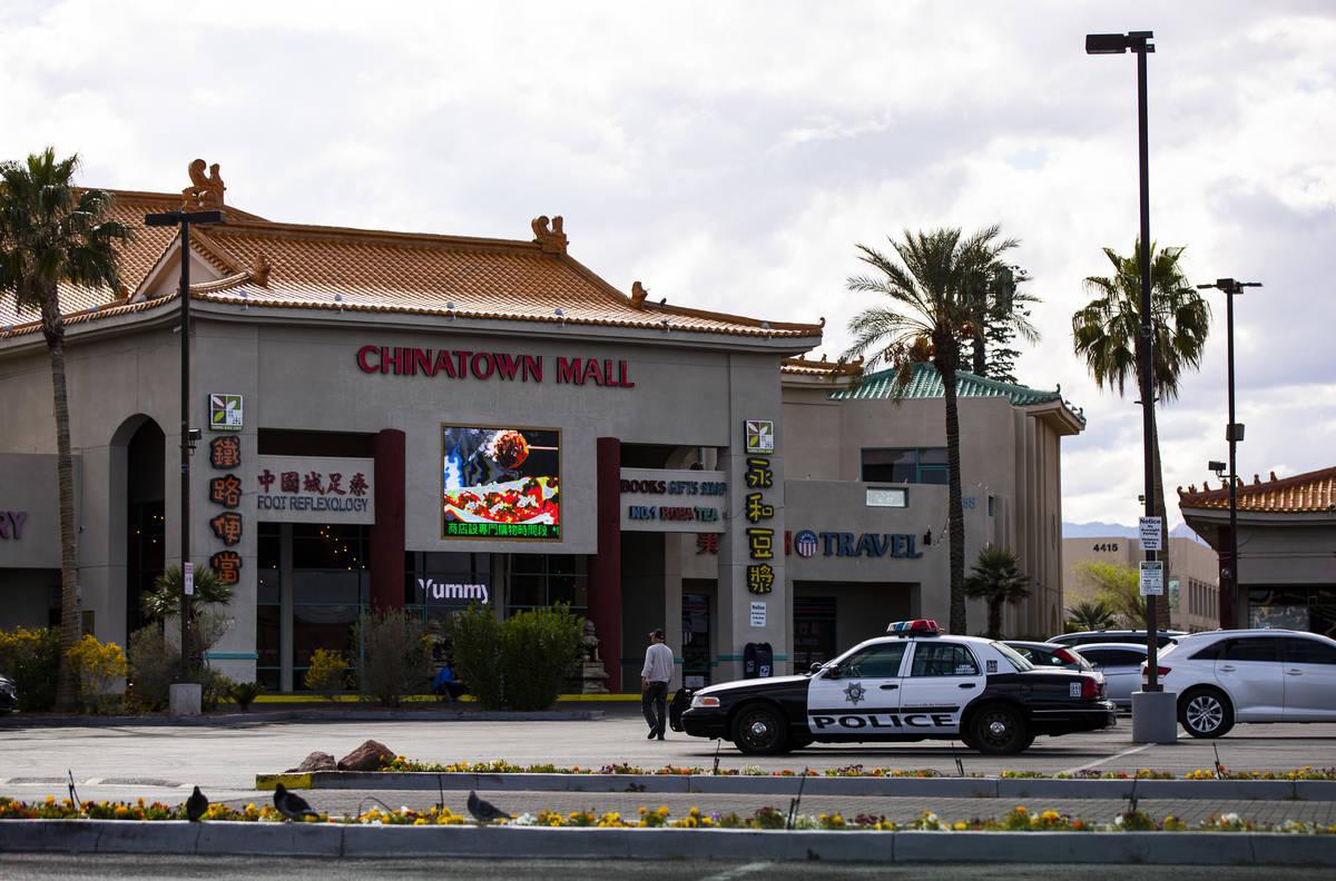 Una patrulla de la policía de Las Vegas se encuentra en el estacionamiento de Chinatown Plaza ...