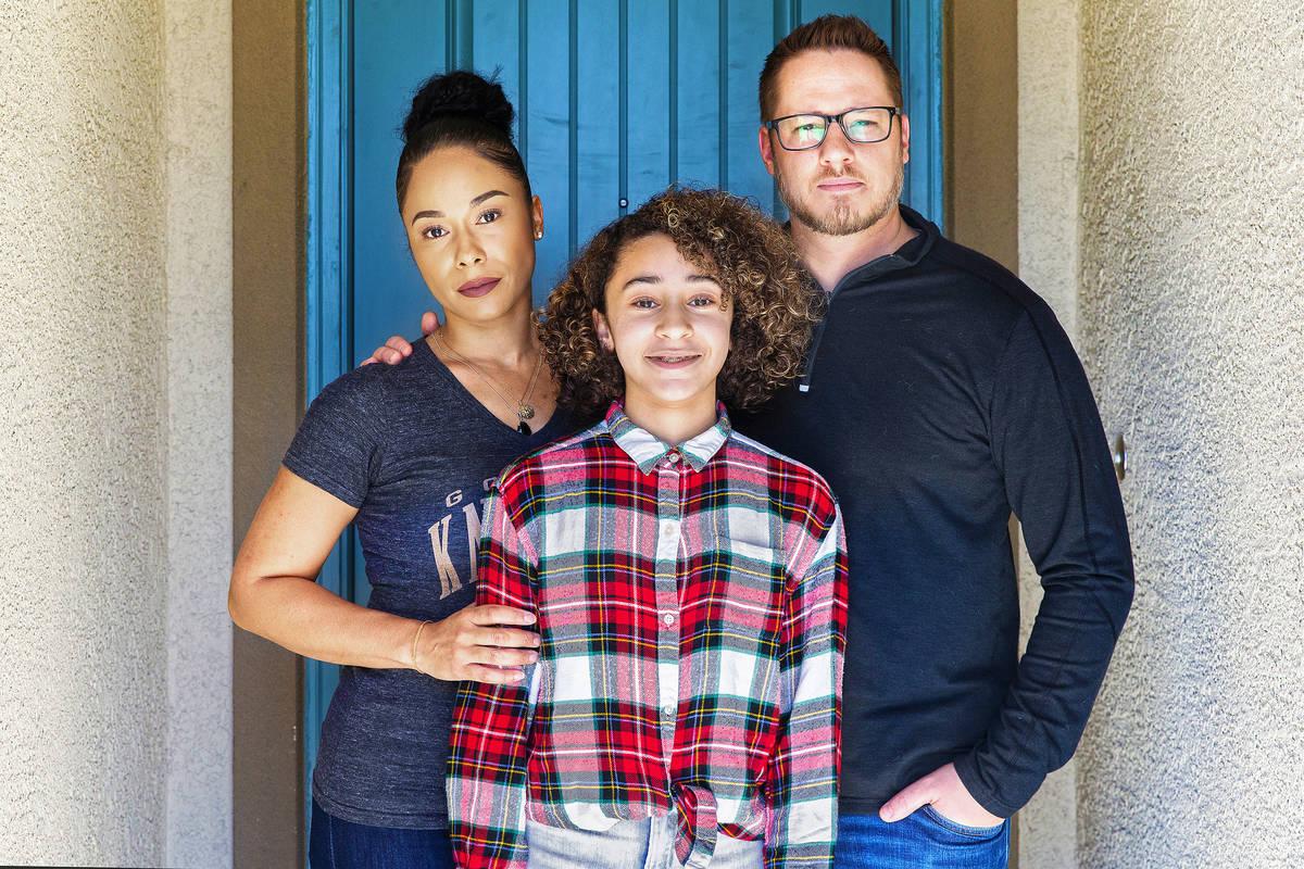 Jason y Erika Reed, con su hija Madison en su casa en North Las Vegas el martes, 24 de marzo de ...