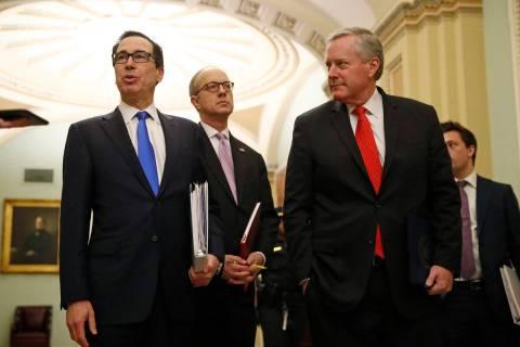 El Secretario de Tesorería, Steven Mnuchin, izquierda, acompañado por el Director de Asuntos ...