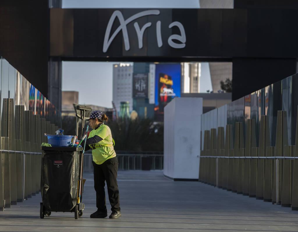 Un empleado de mantenimiento limpia el puente peatonal entre Aria y Cosmopolitan en el Strip el ...