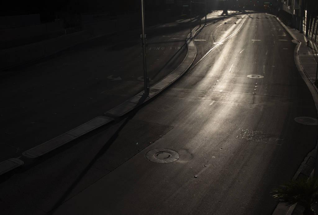 La Avenida West Harmon, entre Aria y Cosmopolitan, se muestra vacía mientras el sol se pone en ...