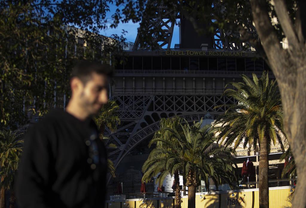 El sol se pone en el Strip y en París el martes, 24 de marzo de 2020, en Las Vegas. (Ellen Sch ...