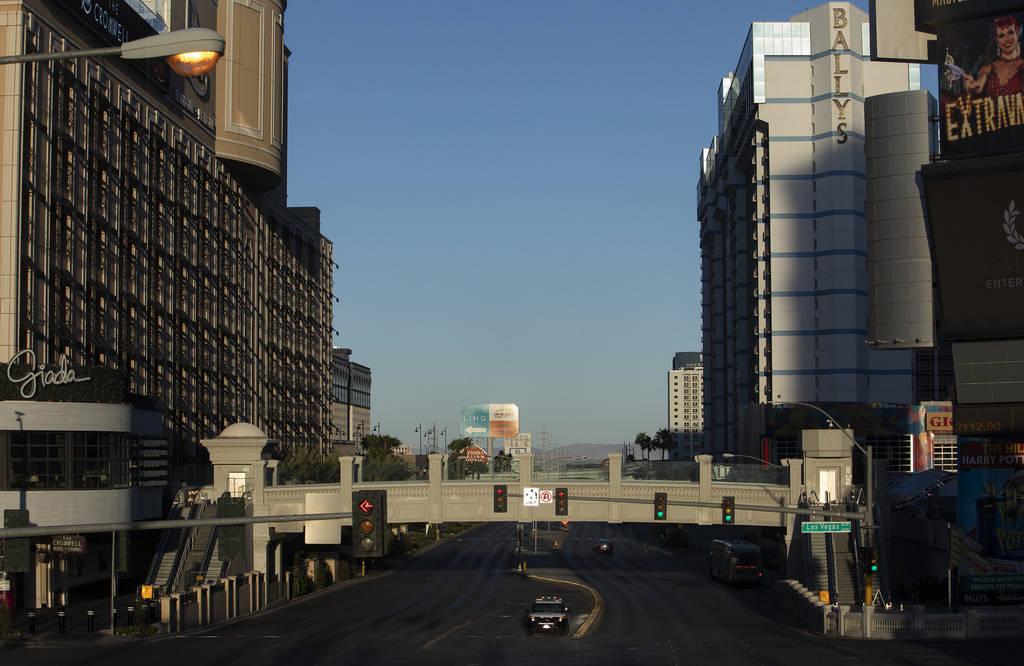 Una patrulla de policía se dirige hacia el norte por el Boulevard de Las Vegas el martes, 24 d ...