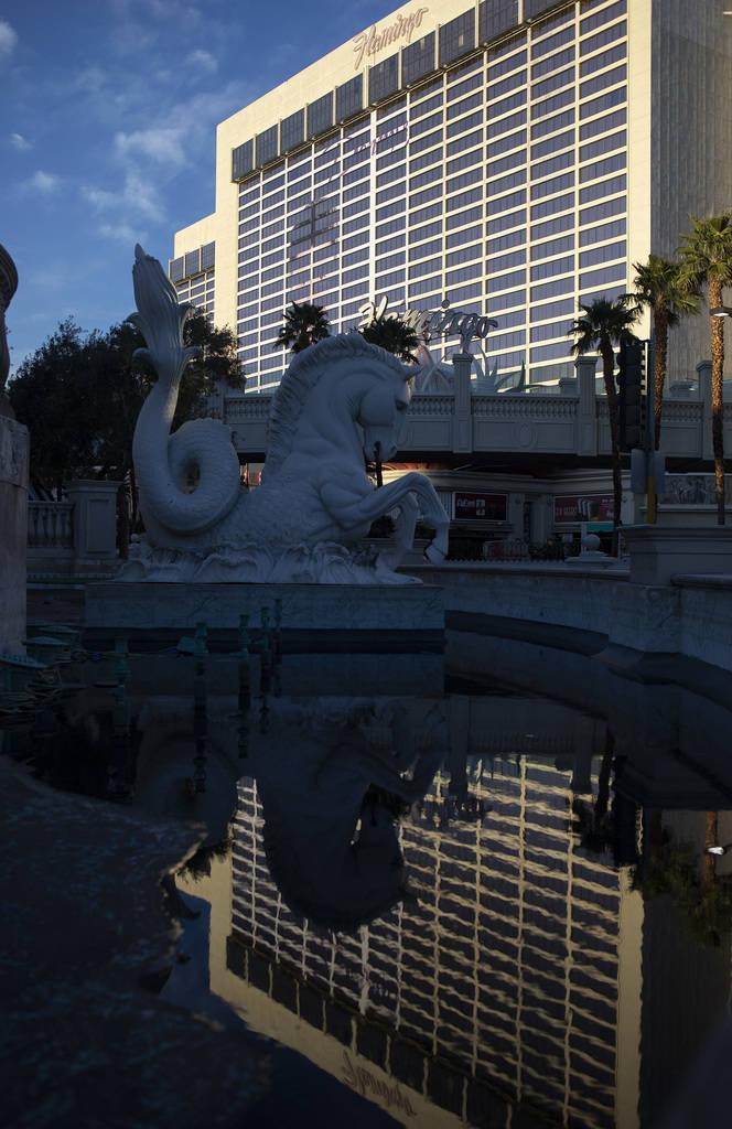 El Flamingo se refleja en una fuente casi vacía frente al Caesar's Palace el martes, 24 de m ...