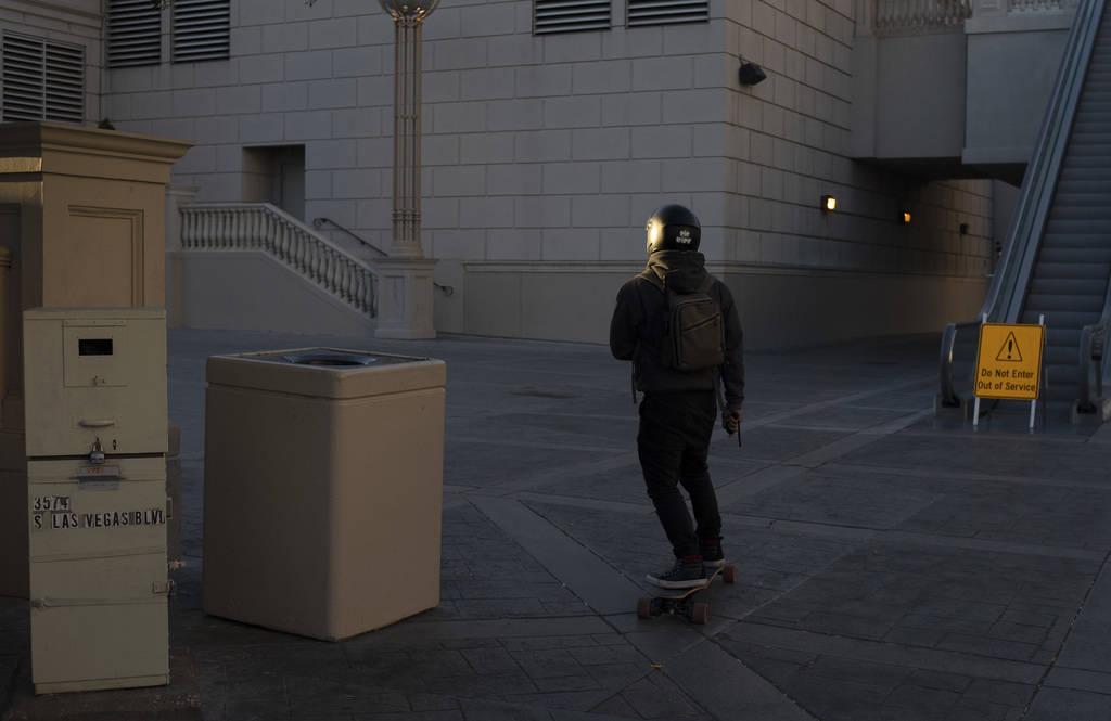 Un patinador viaja hacia al sur del Strip el martes, 24 de marzo de 2020, en Las Vegas. (Ellen ...