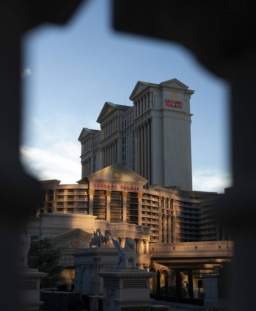 El sol se pone en el Strip el martes, 24 de marzo de 2020, en Las Vegas.