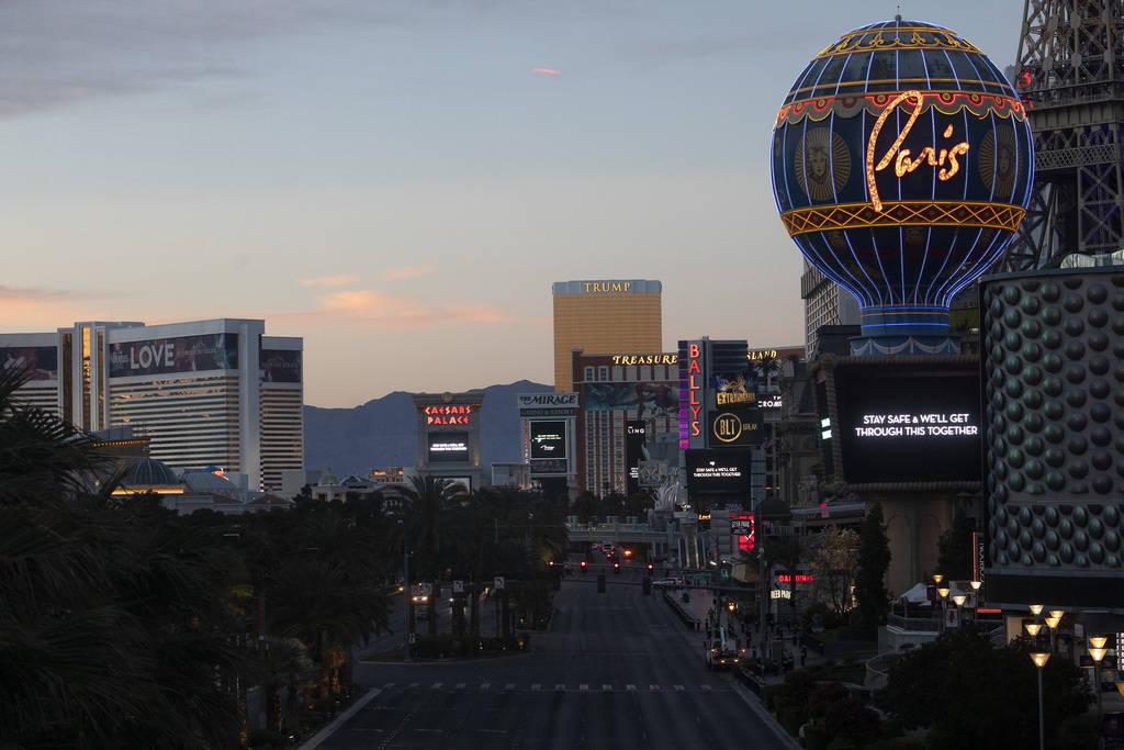 El sol se pone en el Strip el martes, 24 de marzo de 2020, en Las Vegas. (Ellen Schmidt/Las Veg ...