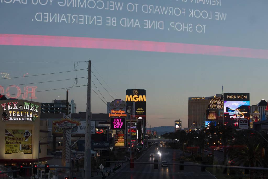 Las luces se encienden mientras el sol se pone en el Strip el martes, 24 de marzo de 2020, en L ...