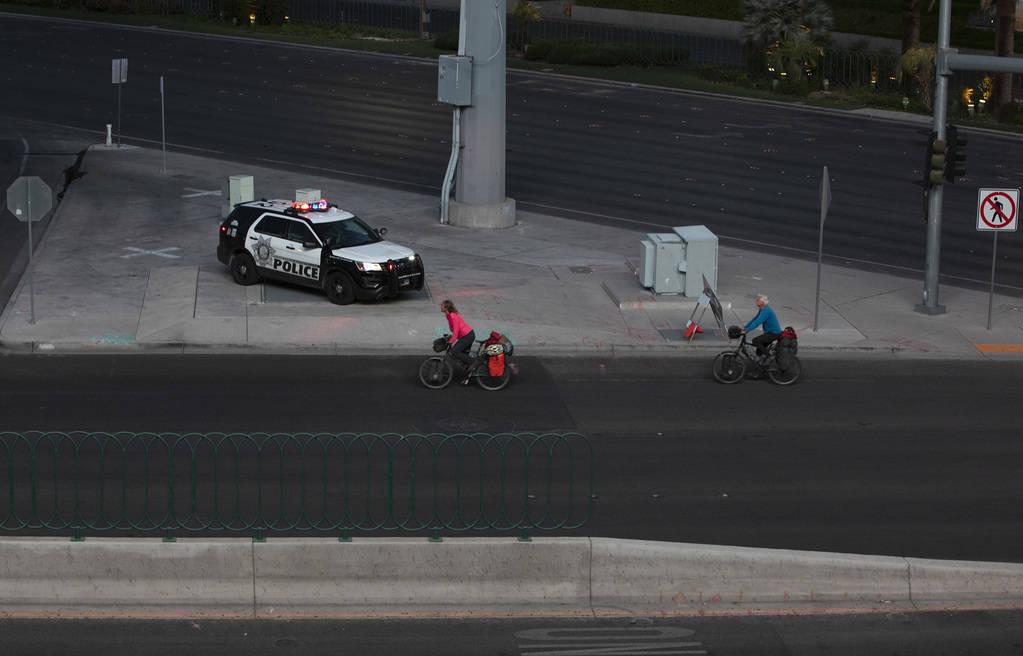 Ciclistas transitan por el Strip vacío el martes, 24 de marzo de 2020, en Las Vegas. (Ellen Sc ...