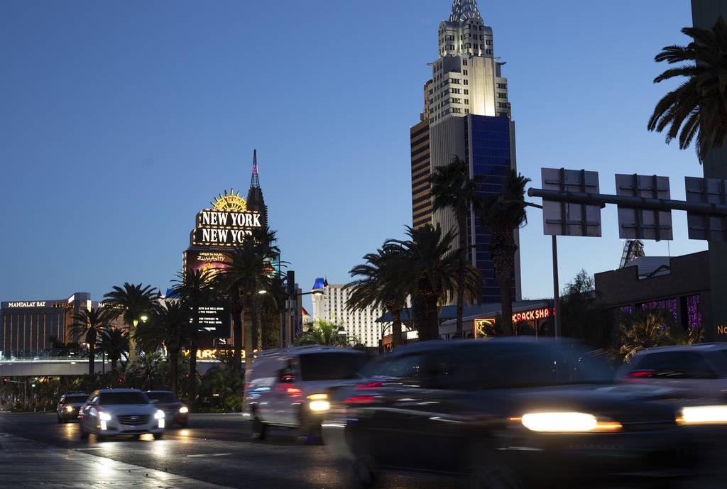 Los vehículos pasan por el Boulevard de Las Vegas mientras New York-New York y el Mandalay Bay ...