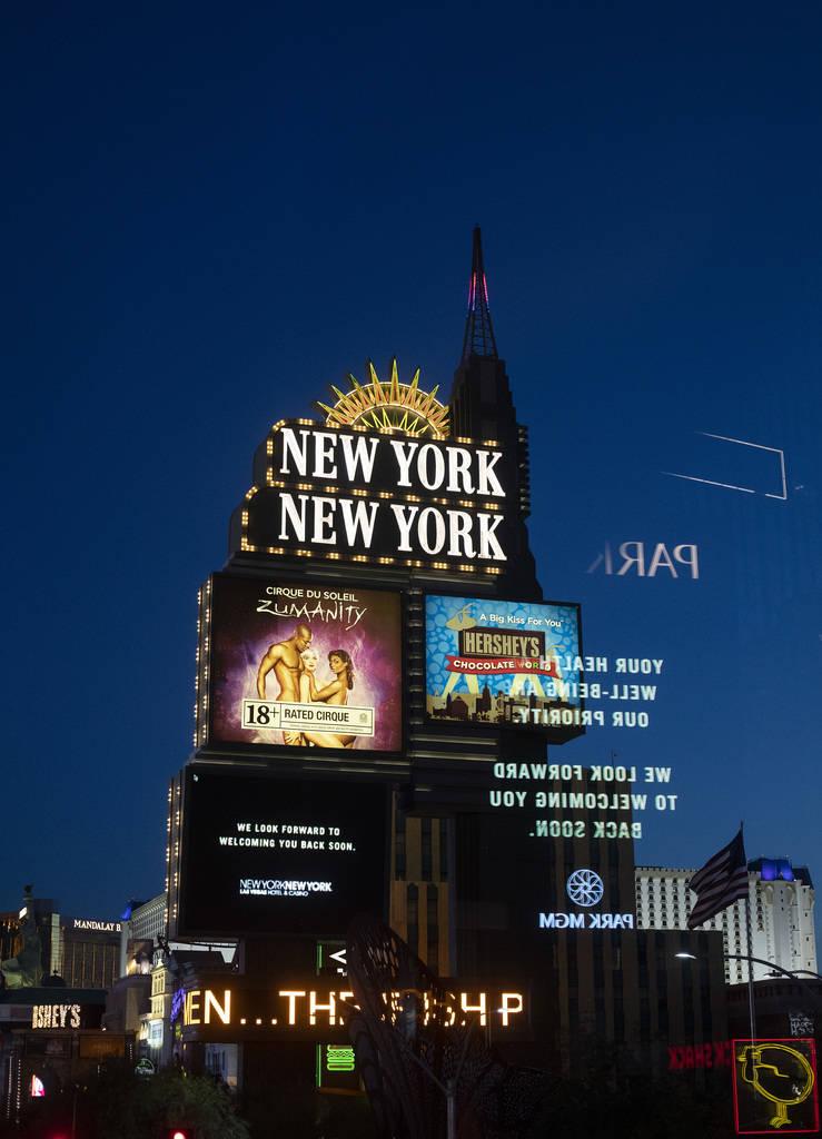 La marquesina del New York-New York muestra un mensaje de MGM en el Strip el martes, 24 de marz ...