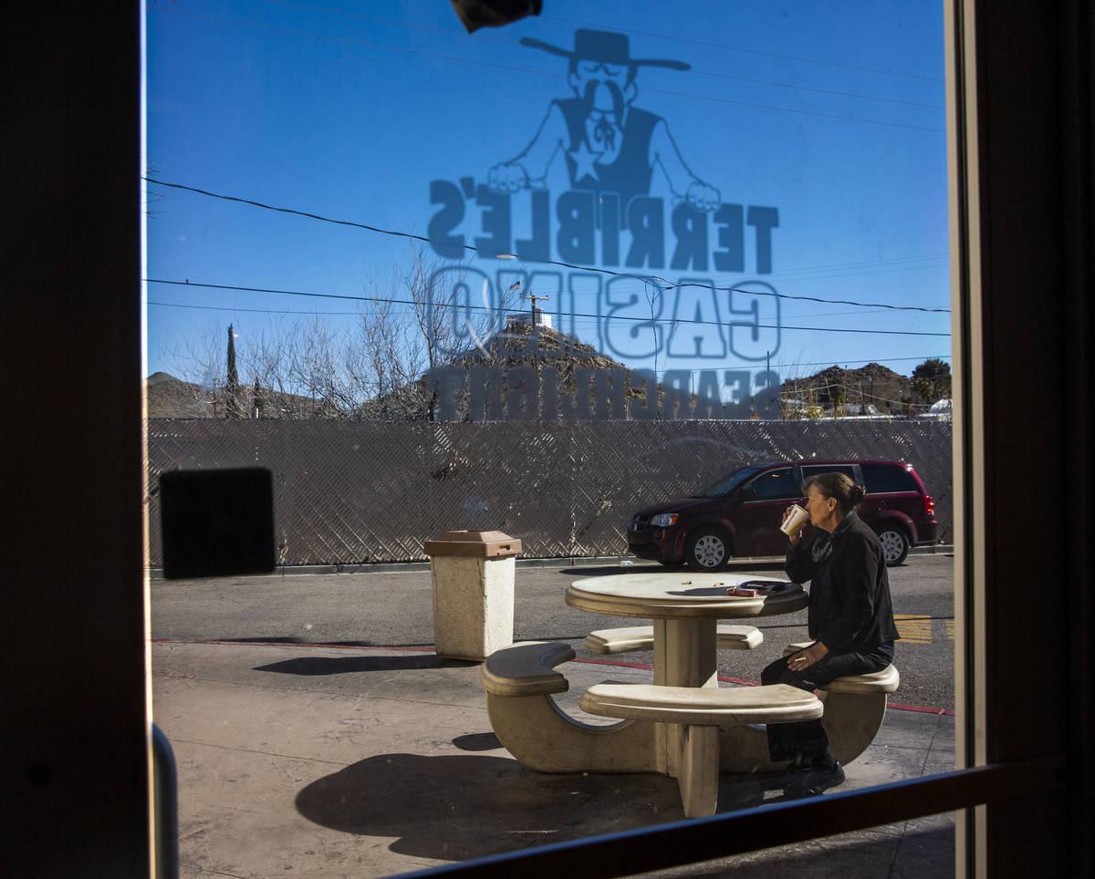 Un cliente disfruta de un café y un cigarrillo fuera de la gasolinera de Terrible's Casino el ...