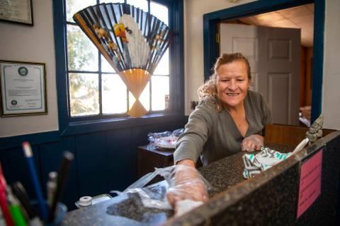 Carol Morgan limpia dentro del Motel BV para ayudar a mantener la amenaza de coronavirus al mí ...