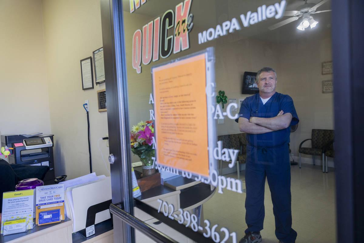 El asistente médico de Quick Care Moapa Valley, Andrew Rose, habla del cambio de atención en ...