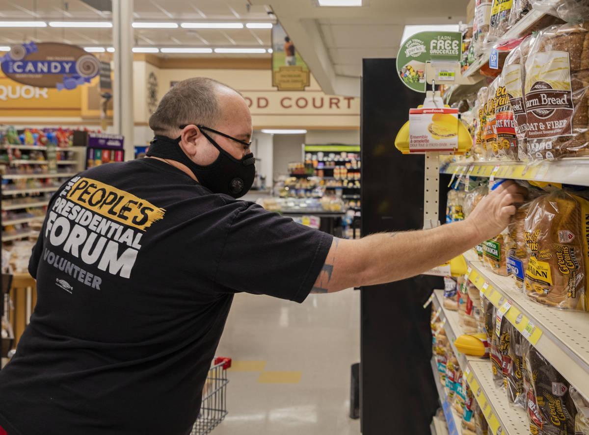Trinity Tanner, 43 años, de Overton, compra pan en Lin's Market en Overton el martes, 24 de ...