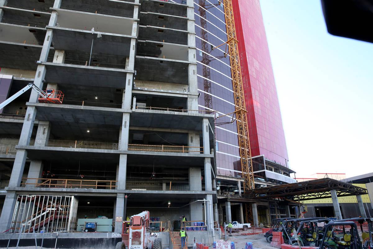Continúa la construcción de la torre del Hilton West porte cochere en el Resorts World Las Ve ...