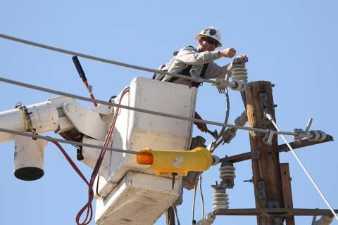 Esta foto de archivo muestra a un trabajador del servicio de energía eléctrica durante su jor ...