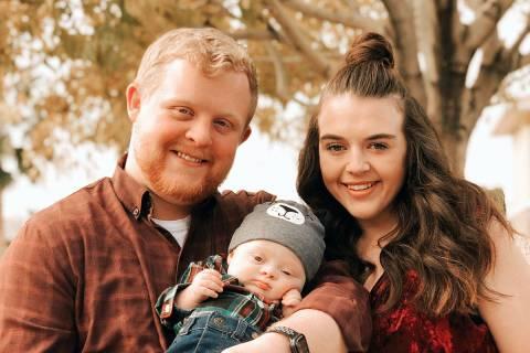 Una foto sin fecha de Cody y Rachael Anderson con su hijo de nueve meses, Caleb, que fue examin ...