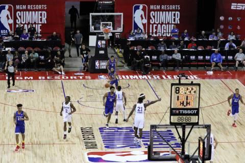Los Lakers de Los Ángeles y los Golden State Warriors juegan durante su partido de la Liga de ...