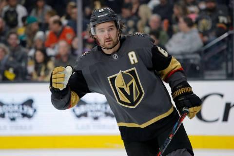El alero derecho de los Golden Knights de Las Vegas, Mark Stone (61), juega contra los Ducks de ...