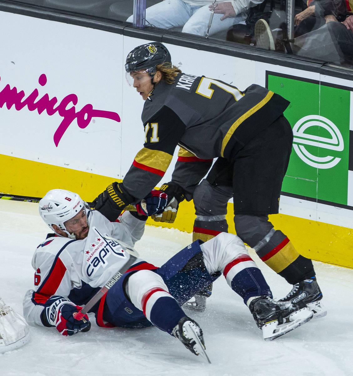 El centro de los Golden Knights de Las Vegas, William Karlsson (71, derecha), derriba al defens ...
