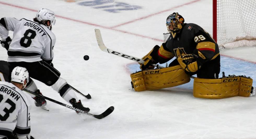 El portero de los Golden Knights de Las Vegas, Marc-André Fleury (29), hace una atajada de un ...
