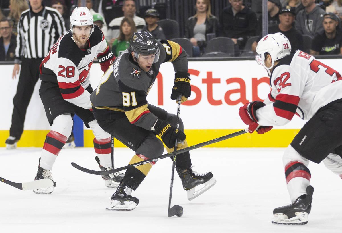 El centro de los Golden Knights de Las Vegas, Jonathan Marchessault (81), intenta patinar alred ...