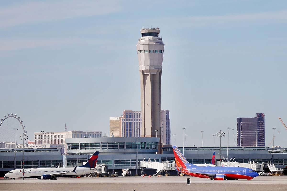 Aviones aterrizan y despegan en el Aeropuerto Internacional McCarran de Las Vegas el jueves, 27 ...