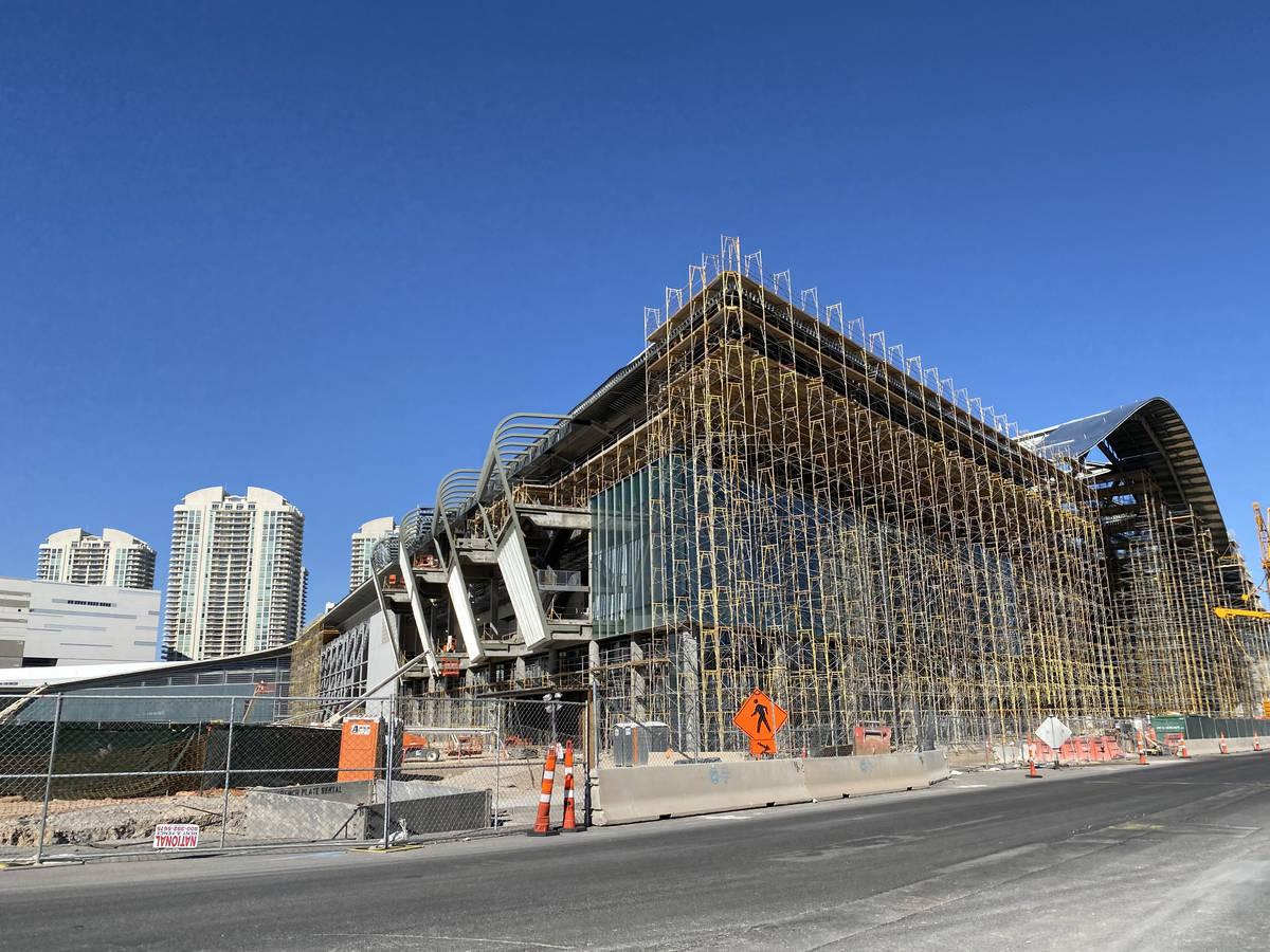 El trabajo continúa el lunes, 30 de marzo de 2020 en el Centro de Convenciones de Las Vegas. ( ...