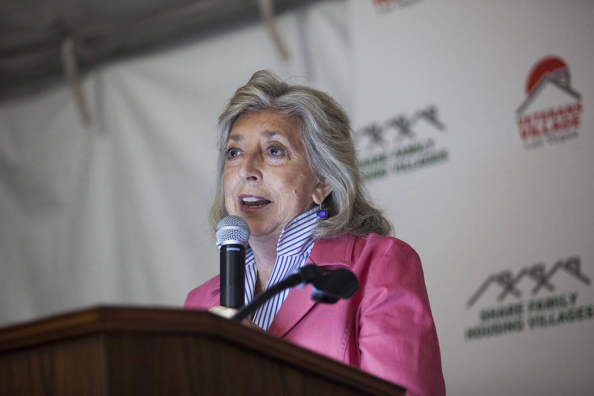 La congresista Dina Titus habla en la gran inauguración de Veterans Village #4 en Las Vegas el ...