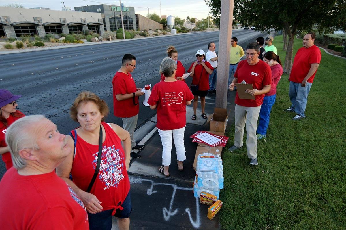 Enfermeras afiliadas al capítulo de Nevada del Comité Organizador Nacional de Enfermeras se p ...