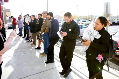 La gente hace fila en el One-Stop Career Center el lunes, 16 de marzo de 2020, en Las Vegas. (B ...