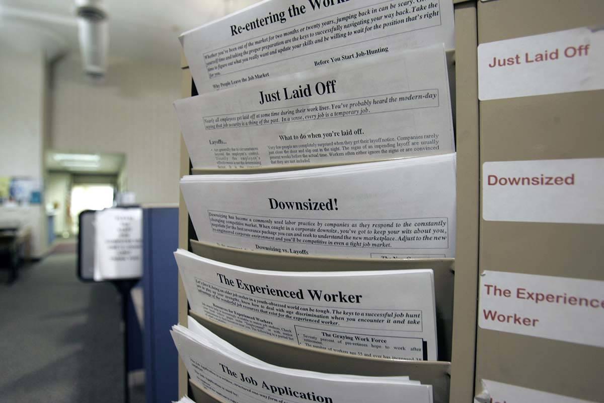 Más de 6.6 millones de estadounidenses solicitaron el seguro de desempleo la semana pasada, un ...