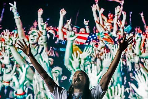Steve Aoki anima a la multitud durante su concierto en el escenario Circuit Grounds en el terce ...