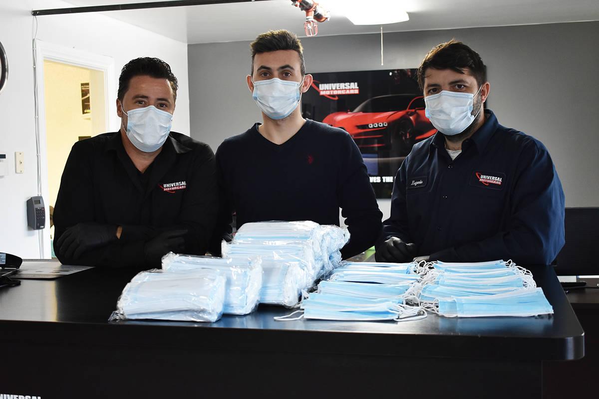 Los integrantes de Universal Motorcars han estado obsequiando cubre-bocas a clientes y personas ...