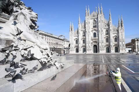 Milán, 31 Mar 2020 (Notimex-Xinhua).- Un trabajador de sanidad usa traje protector y una masca ...