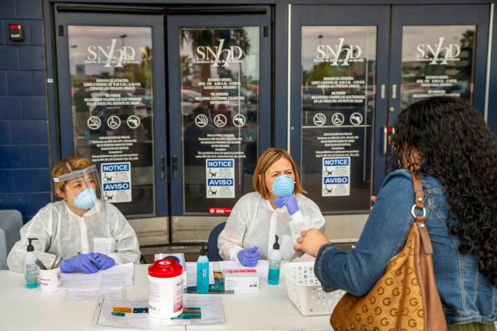 La enfermera registrada del Distrito de Salud del Sur de Nevada, Joanna Corpuz, izquierda, y la ...