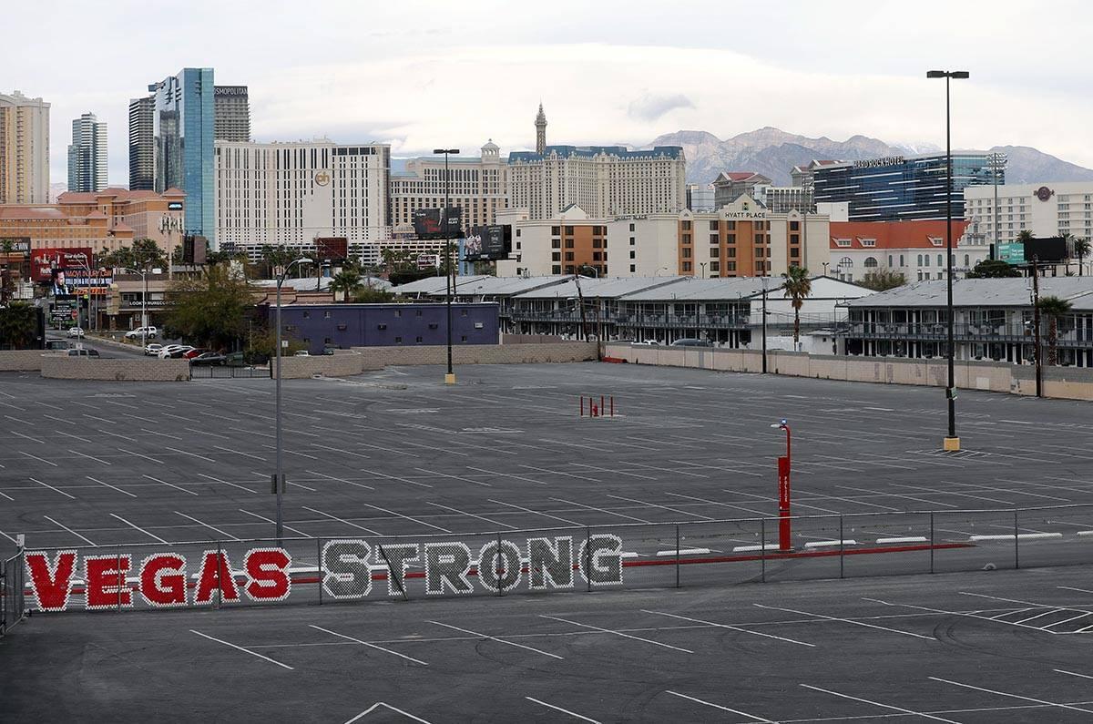 Las nubes comienzan a cubrir el Valle de Las Vegas visto desde el Thomas & Mack Center de Las V ...