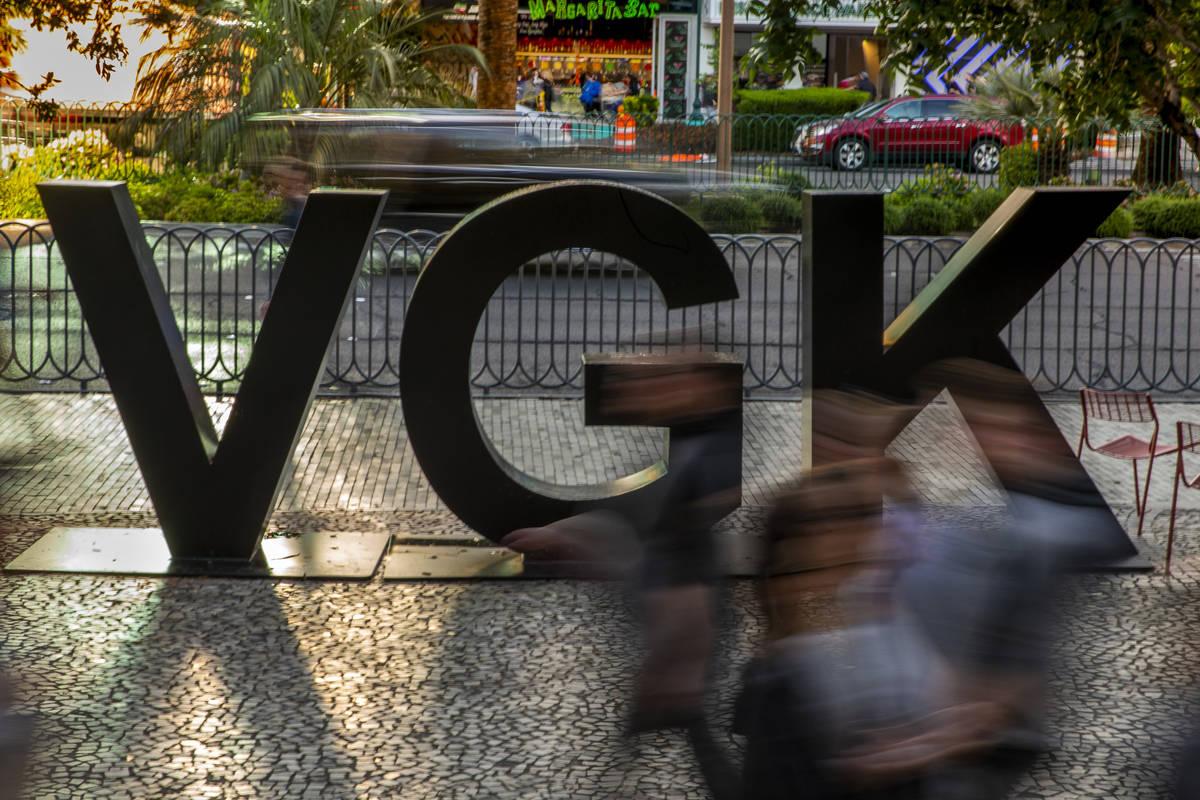 Fans pasan por el logo VGK en Las Vegas Blvd. antes del inicio del cuarto juego de la Conferenc ...